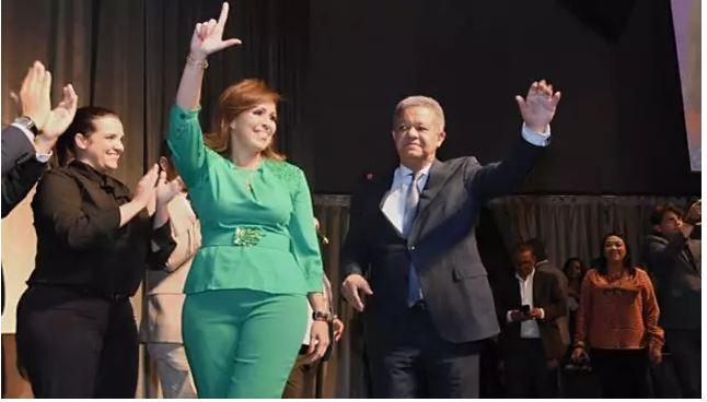 Leonel Fernández expresidente de la República y candidato al mismo cargo por Fuerza del Pueblo junto a Ingrid Mendoza esposa de Reinaldo Pared. (Foto: externa)