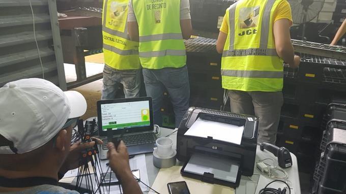 Junta Central Electoral distribuye los escáneres, que se utilizarán elecciones municipales este domingo. (Foto: externa)