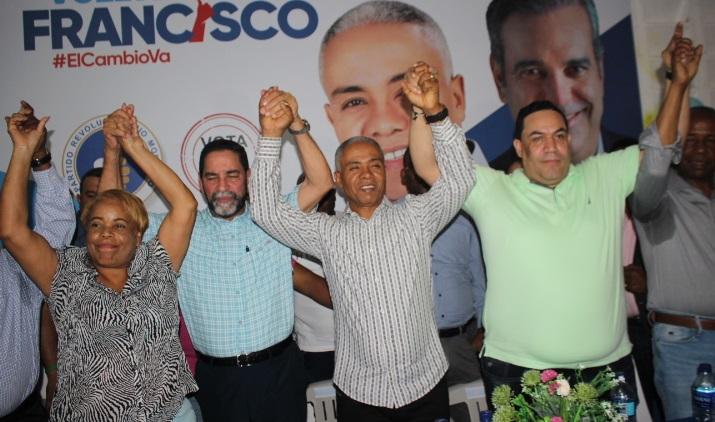 Héctor Tatis juramentado por el vicepresidente del PRM en SDN Eligio Jaquez, junto a Francisco Fernández. (Foto: externa)