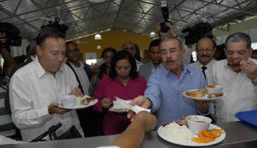 Los presidentes Danilo Medina (RD) y Juan Carlos Varela (Panamá) comen el almuerzo escolar.