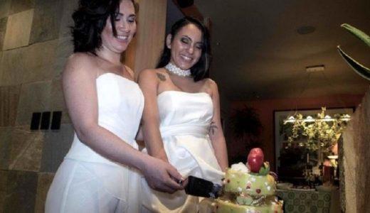 La pareja Dunia Araya y Alexandra Quiros parten el bizcocho tras celebrar su boda.