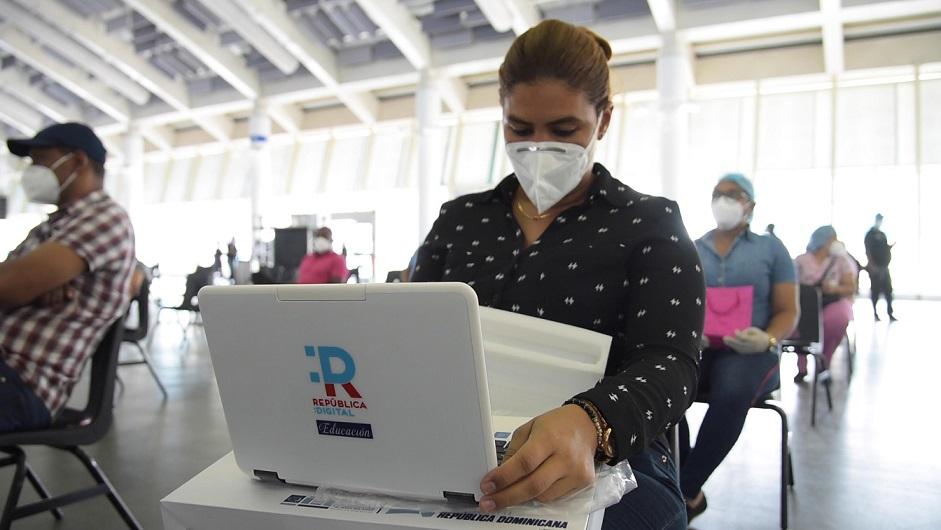 Una profesora prueba una de las computadoras facilitada por el MINERD.
