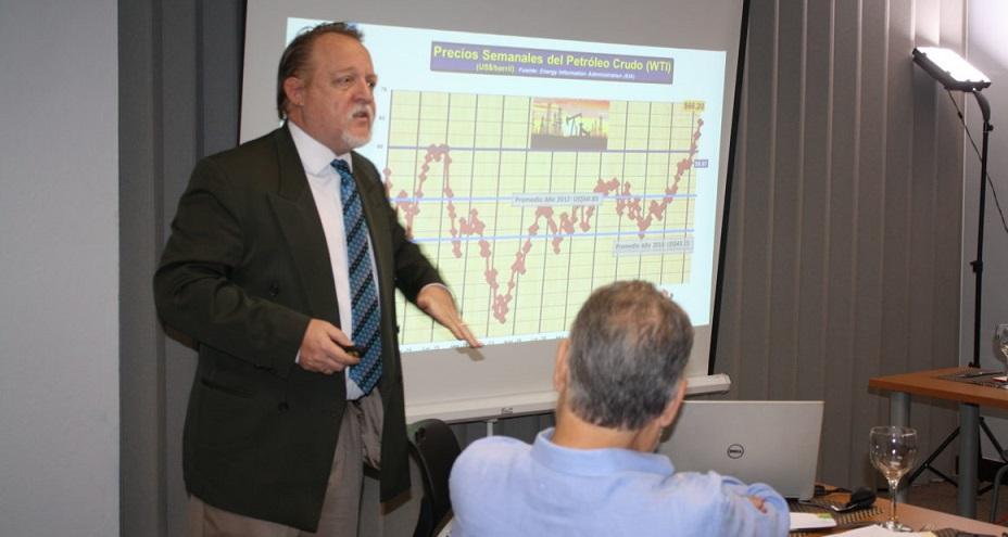 El economista Henry Hebrard ofrece explicación sobre variables económicas. (Fuente: externa)