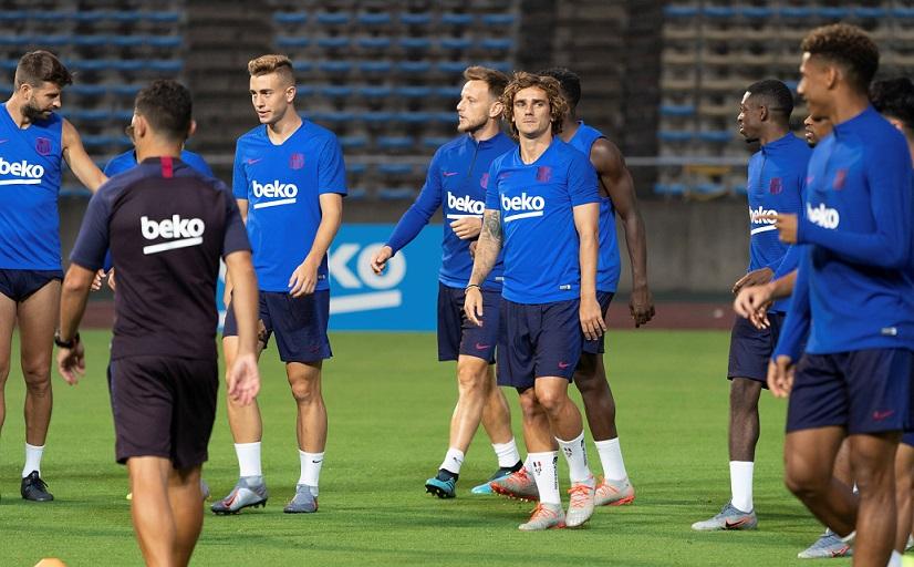 Jugadores de Barcelona practican durante entrenamiento.