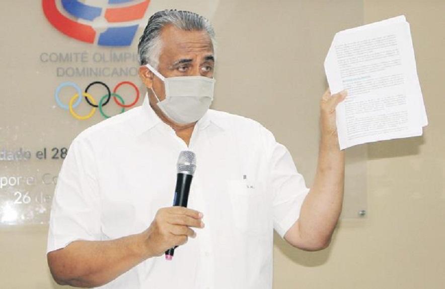 Luisín Mejía, presidente del Comité Olímpico Dominicano (COD), se dirige a los presentes en la reunión.