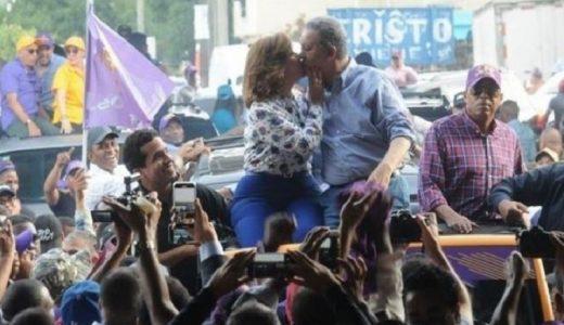 Margarita Cedeño y Leonel Fernández se besan en caravana política. (Fuente: externa)