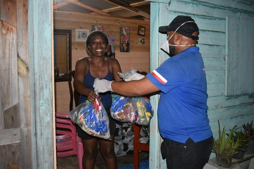 Colaborador del plan Social entrega dos raciones de comida a una familia ante pandemia COVID-19.