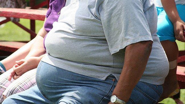 Personas obesas desarrollan asma o diabetes.