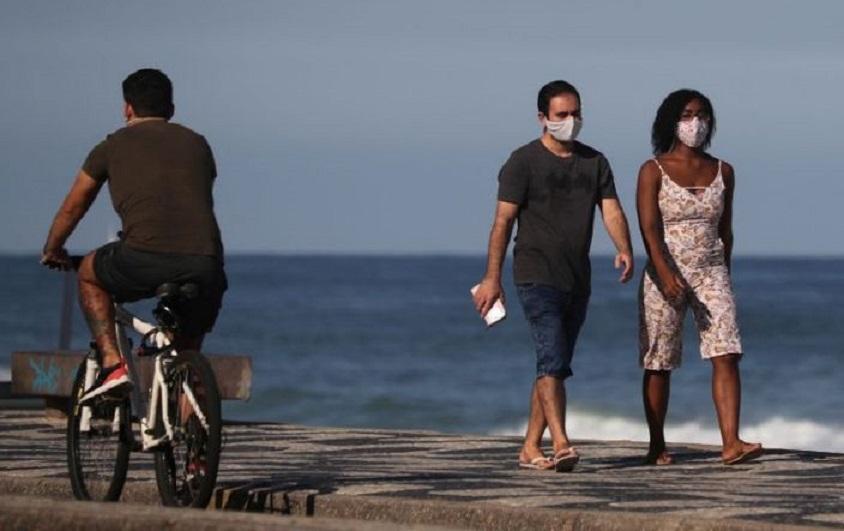 Una pareja camina junto a la playa de Leblon, en medio del brote de coronavirus en Río de Janeiro. Brasil. (Fuente: Reuters)