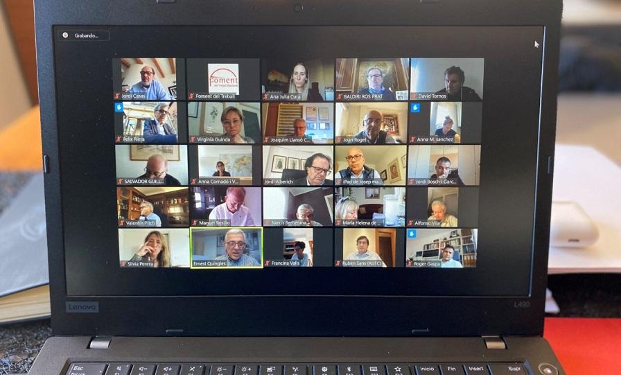 Imagen de una laptop en sesión Webinar. (Fuente: externa)