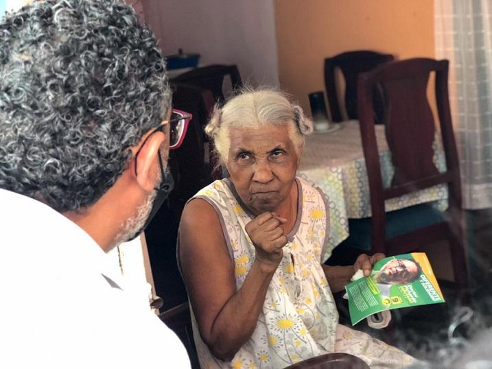 Ángel Pichardo Almonte conversa con moradores del sector La Zurza.
