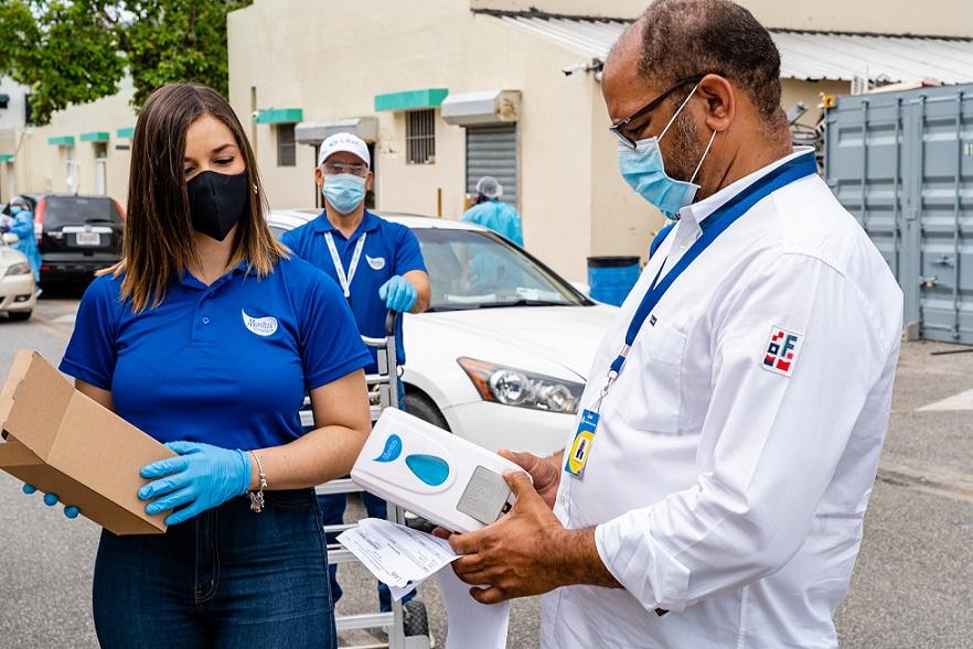 El administrador del Hospital Robert Reid Cabral Felipe Meregildo observa un dispensador de gel antibacterial.