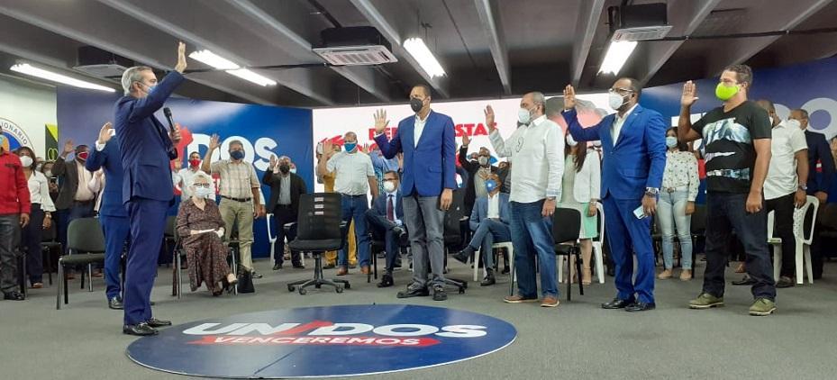 Eddy Alcántara es juramentado por Luis Abinader. (Fuente: externa)