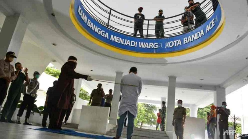Indonesia catiga pareja tiene sexo antes del matrimonio.