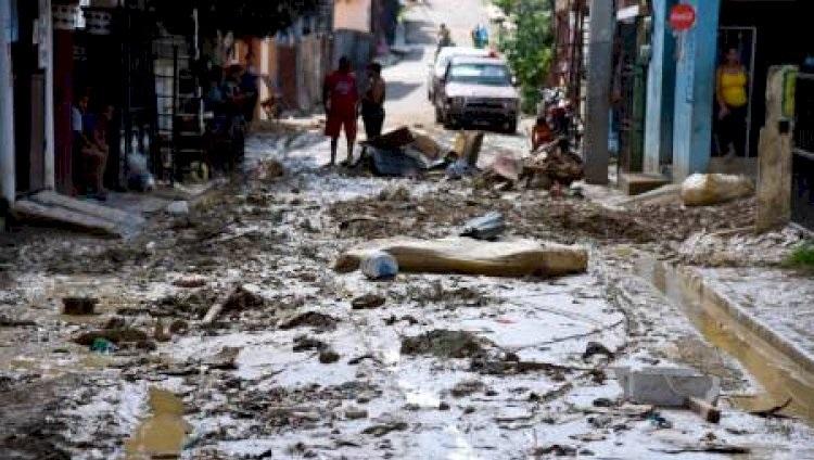 Tres heridos por colapso de tanque de agua en Santiago.