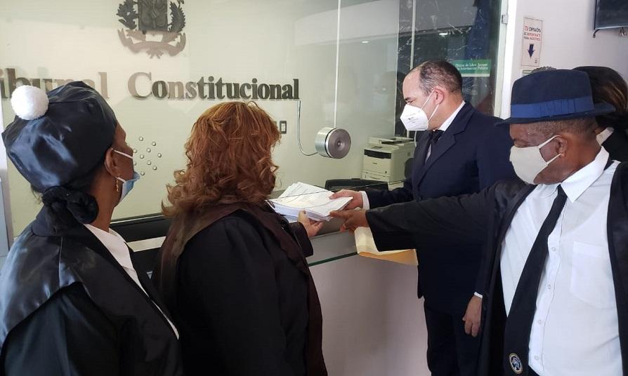 Colegio de Abogados rechaza juicios virtuales y exige ante TC abrir tribunales del país.