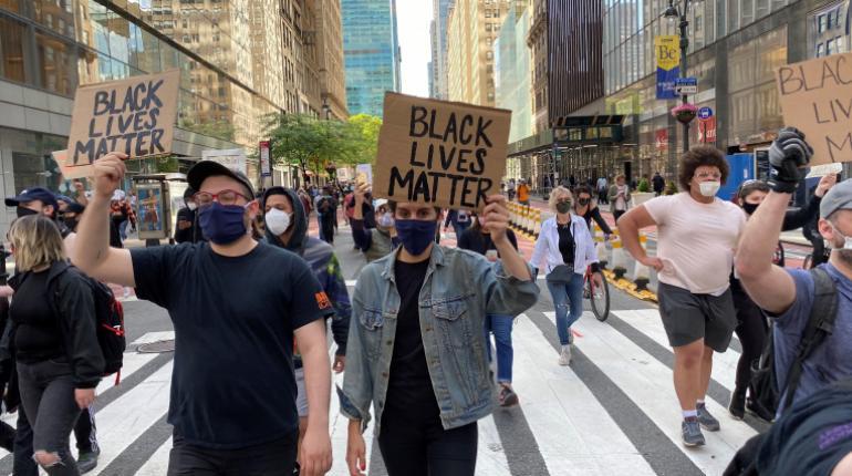 Manifestantes continúan protestas en Nueva York.