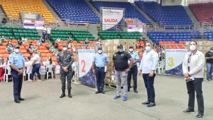 Director Policía Escolar supervisa entrega computadoras en Santiago.
