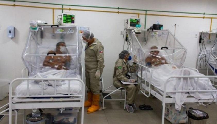Enfermeras controlan a los pacientes en la unidad de cuidados intensivos del hospital de campaña municipal de Gilberto Novaes.