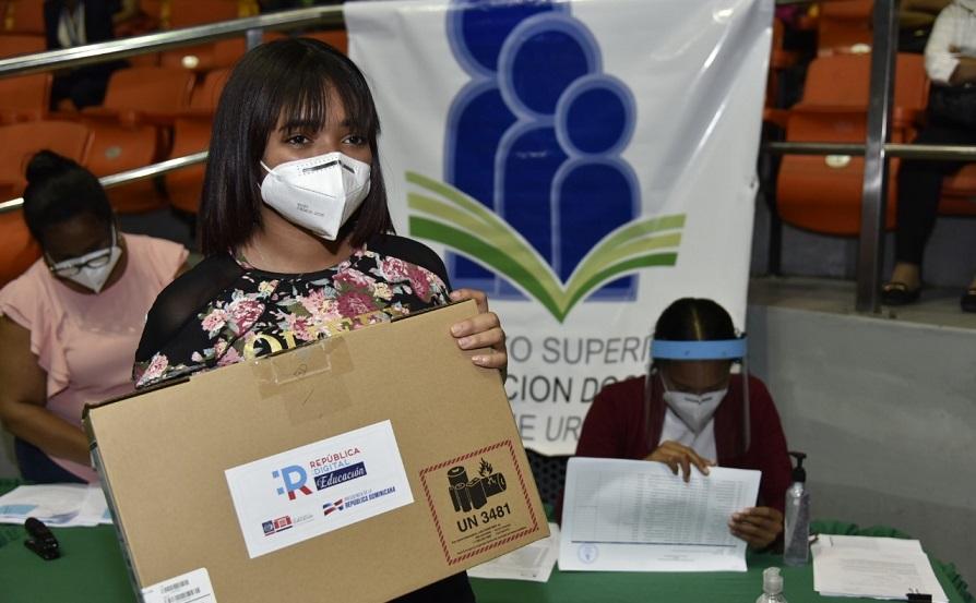 Educación entrega computadoras a estudiantes y docentes de secundaria en Santiago.