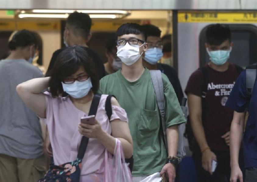 Gente con mascarillas para protegerse del coronavirus mientras viajan en metro en Taipei, Taiwán. (Fuente: AP/Chiang Ying-ying)