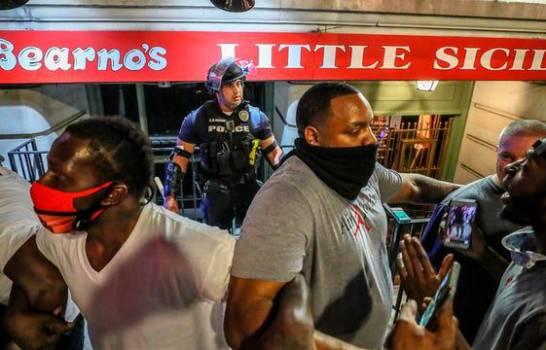 Manifestantes protegen policía de ser agredido durante protesta en EE.UU.