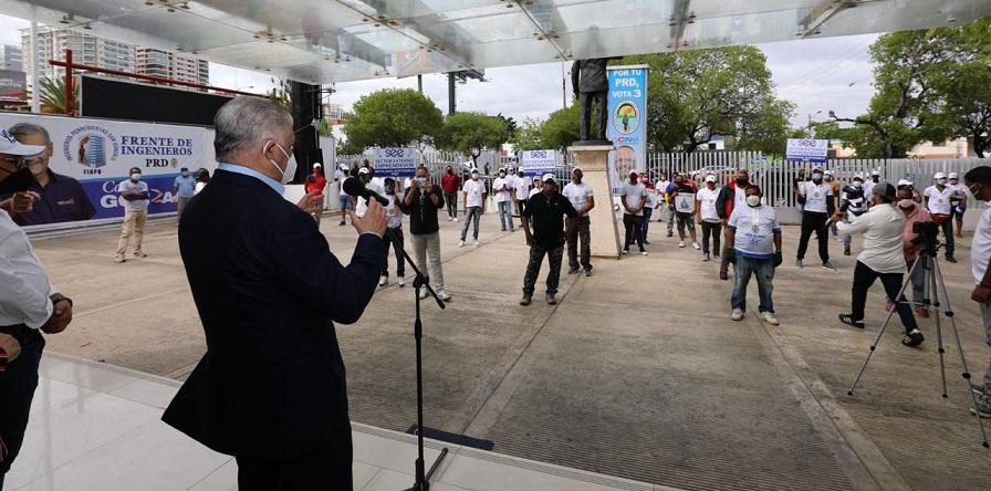 Miguel Vargas juramenta transportistas en el PRD.