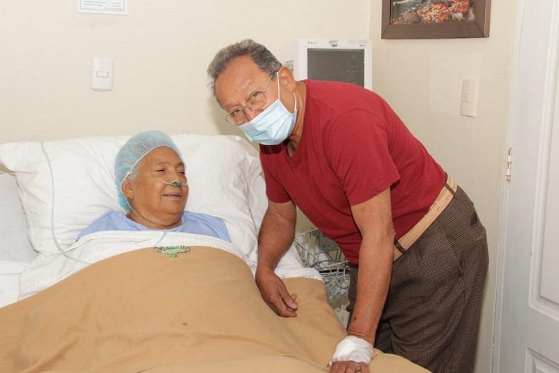 Pareja de ancianos supera el coronavirus en Santiago.
