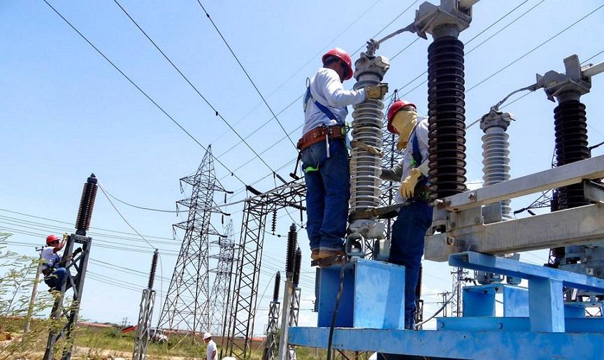Personal realiza mantenimiento a cableado eléctrico.