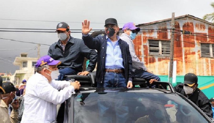 Presidente Medina se encarama en capota de yipeta y busca votos para Gonzalo en Santiago y Puerto Plata.