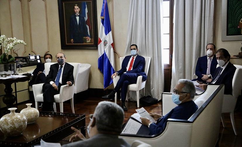 Presidente Medina recibe comité de emergencia en Palacio Nacional.