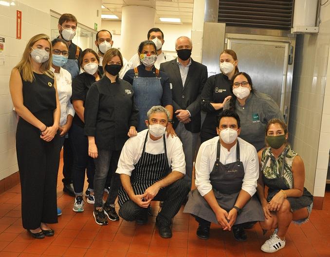 Representante FAO y cocineros solidarios.