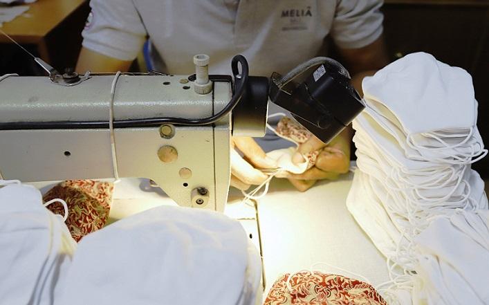 Cadena Meliá-transformará-sábanas-fundas de almohadas-mascarillas