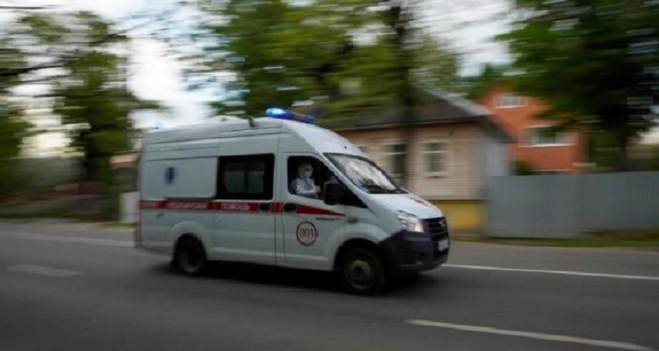 Una ambulancia durante el trabajo de paramédicos en medio del brote de coronavirus en la ciudad de Tver, Rusia.