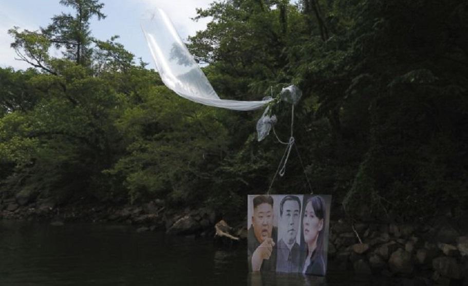 Un globo con un cartel con la imagen del líder norcoreano, Kim Jong Un (izquierda), el fallecido líder Kim Il Sung (centro) y Kim Yo Jong, la poderosa hermana de Kim Jong Un.