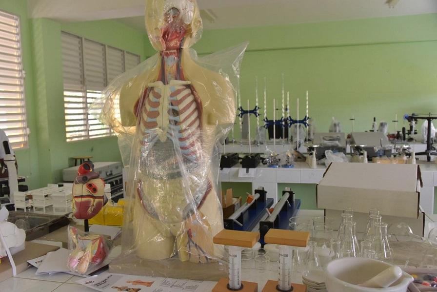 MINERD entrega 128 laboratorios de ciencias a centros educativos del país.