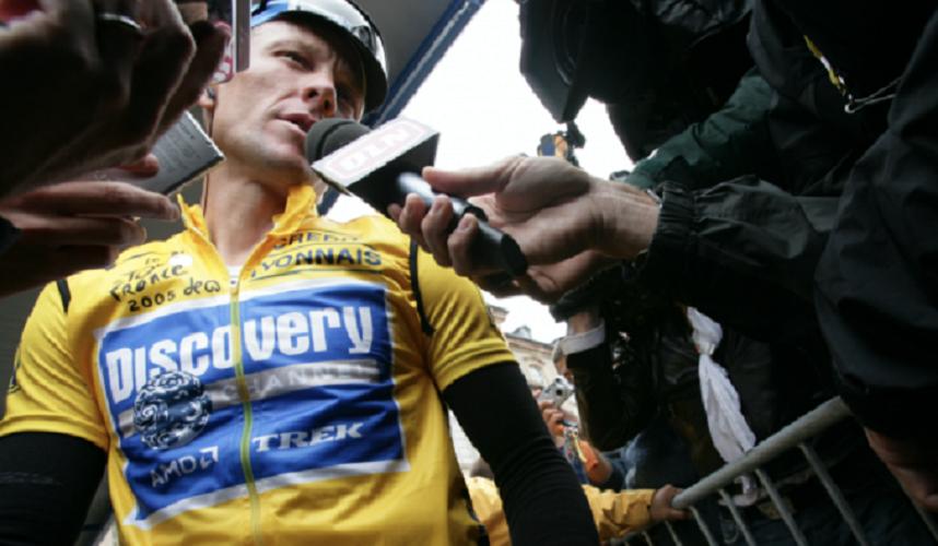 Lance Armstrong ofrece declaraciones.