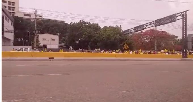 Botello y decenas de personas marchan al Palacio Nacional para reclamar el 30% de las AFP