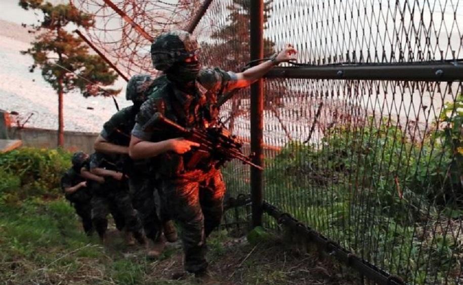 Marines surcoreanos patrullan el perímetro de la isla de Yeonpyeong (Corea del Sur), este martes. (Foto: EFE)