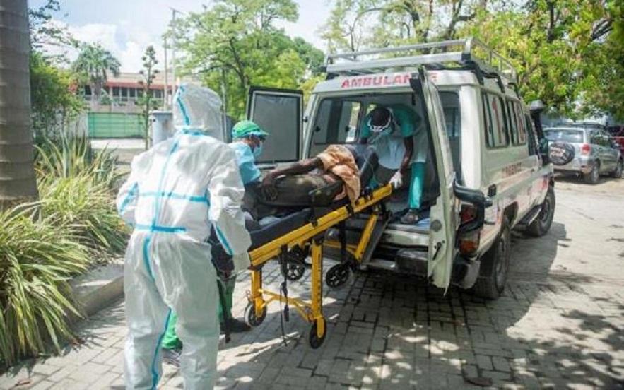 Un paciente con coronavirus llega en camilla al centro médico GHESKIO en Puerto Príncipe. (Fuente: EFE)