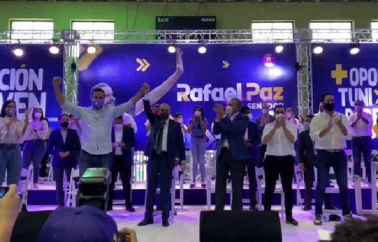 El presidente Danilo Medina levanta la mano a Rafael Paz.