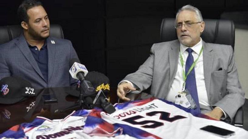 Vitelio Mejía presidente de Lidom y Erick Almonte representante de peloteros.