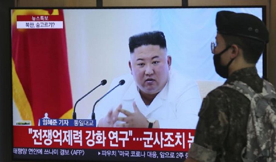 Soldado surcoreano pasa por delante de un televisor que muestra una imagen de archivo del líder de Corea del Norte, Kim Jong (Fuente: AP /Ahn Young-joon)