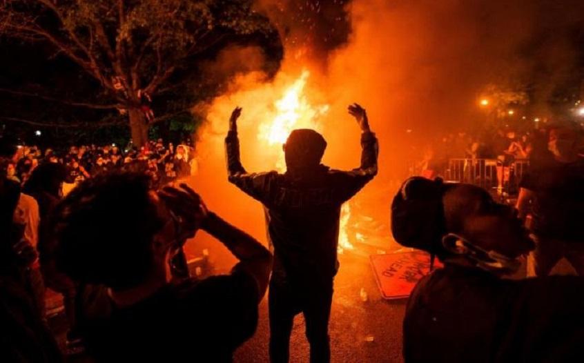 Sigue la violencia en las calles de EE.UU. y el presidente Trump culpa a la extrema izquierda.