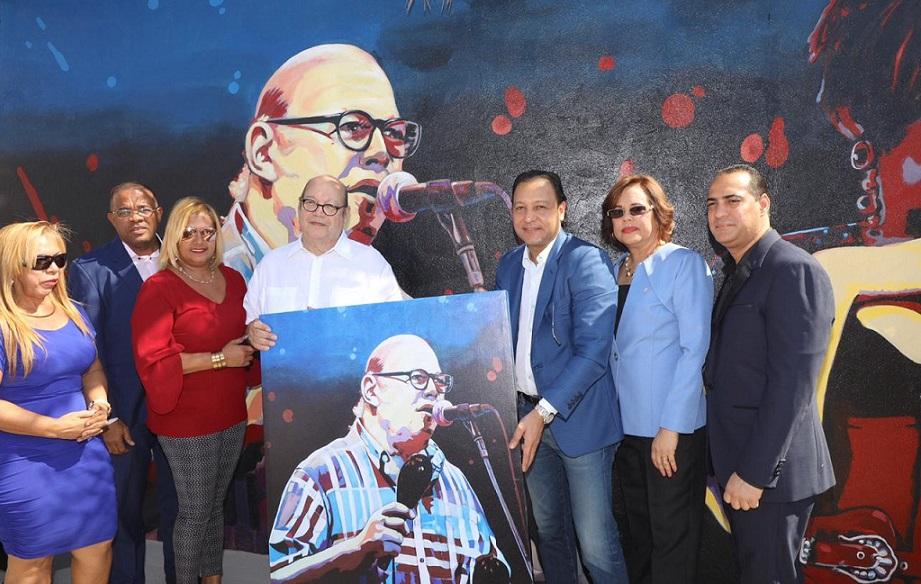 El alcalde Abel Martínez entrega a Víctor Víctor una réplica del mural realizado en su honor. (Fuente: Cabildo Santiago)