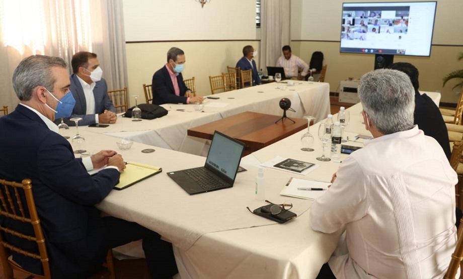 Abinader y su equipo técnico sostienen reunión con representantes del Banco Mundial.