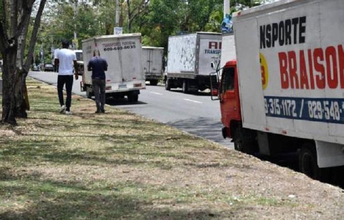 Camiones estacionados en los alrededores del Plan Social para exigir pago. (Fuente: Danelis Sena / DL)