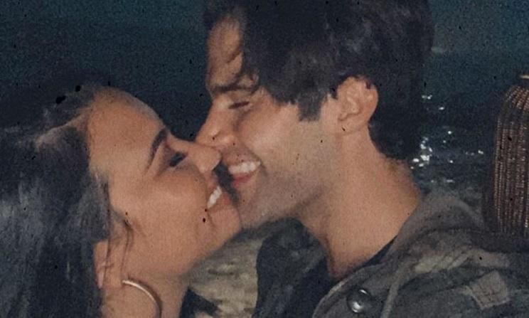 Demi Lovato y el actor Max Ehrich anuncian compromiso .