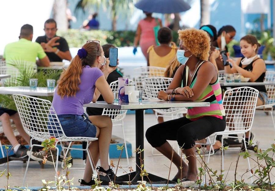Cuba levanta restricciones e intenta recuperarse de crisis económica.