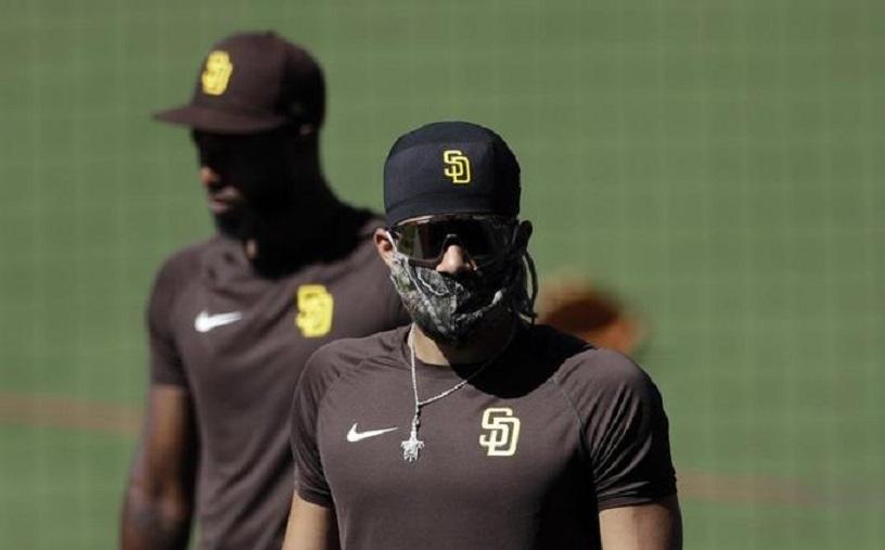Fernando Tatis Jr., de los Padres de San Diego, utiliza mascarilla durante un entrenamiento. (Foto: AP/Gregory Bull)
